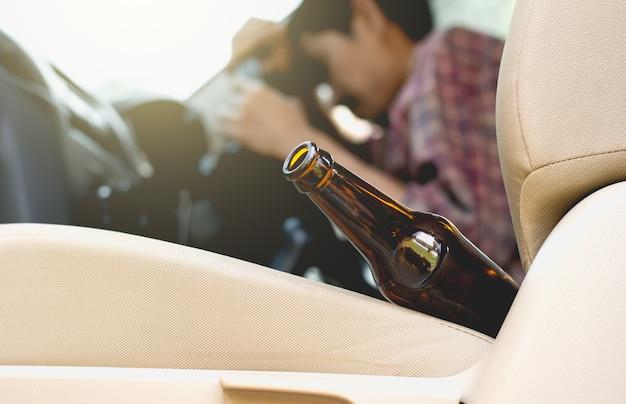 Garrafa de álcool no carro.