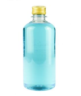 Garrafa de álcool para matar covid-19 em fundo branco isolado