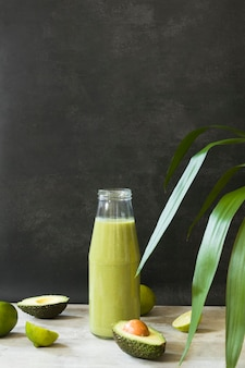 Garrafa de alto ângulo com suco de abacate
