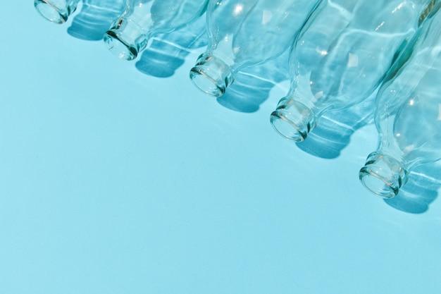 Garrafa de aula vazia sobre fundo azul. conceito de reciclagem de vida com baixo desperdício e zero desperdício