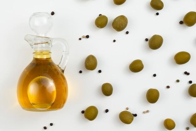 Garrafa de azeite com azeitonas ao lado