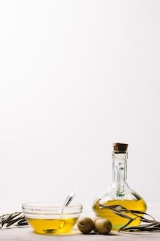 Garrafa de azeite de oliva cheia com cópia-espaço