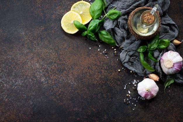 Garrafa de azeite e especiarias na mesa de pedra