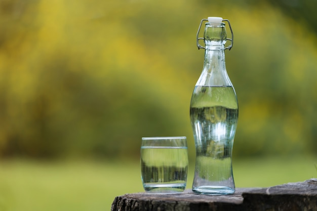 Garrafa de beber água e vidro com fundo natural