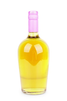Garrafa de bebida alcoólica em fundo branco