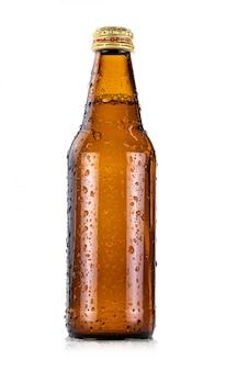 Garrafa de bebida de vidro marrom com gotículas de água fria isolado no branco