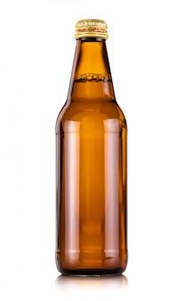 Garrafa de bebida de vidro marrom isolada no branco