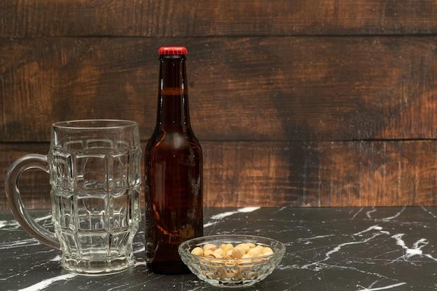 Garrafa de cerveja com copo de cerveja