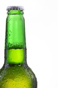 Garrafa de cerveja com gotas isoladas em branco