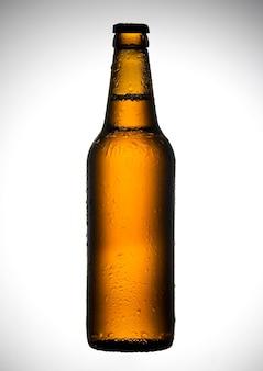 Garrafa de cerveja com gotas na parede branca