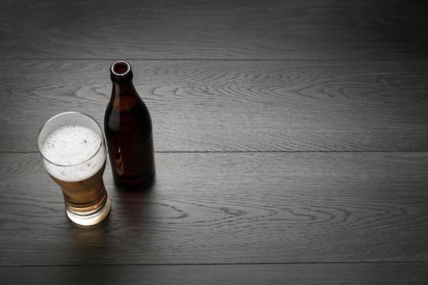 Garrafa de cerveja e copo com espaço de cópia