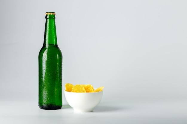 Garrafa de cerveja e lanche