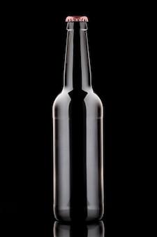 Garrafa de cerveja em fundo preto com belos destaques