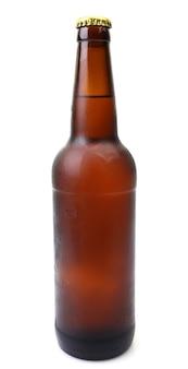 Garrafa de cerveja em um fundo branco Foto Premium