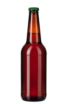 Garrafa de cerveja escura, isolada no branco