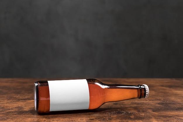 Garrafa de cerveja horizontal de vista frontal com rótulo em branco