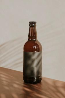 Garrafa de cerveja marrom em fundo de madeira