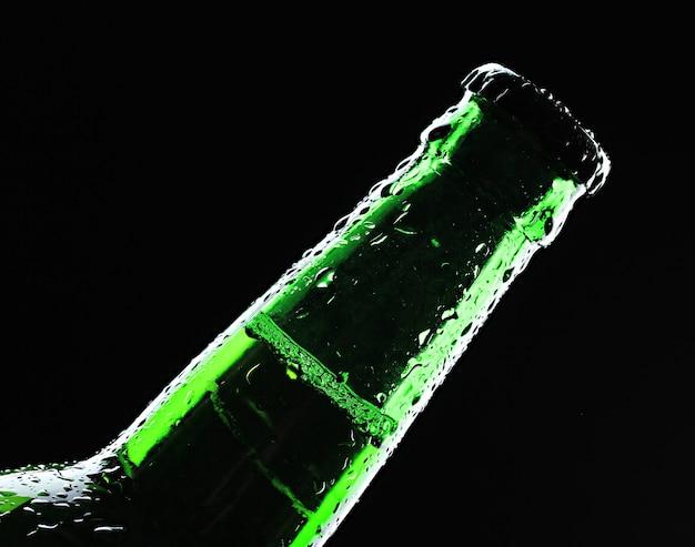 Garrafa de cerveja na superfície preta