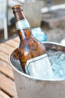 Garrafa de cerveja no balde de gelo