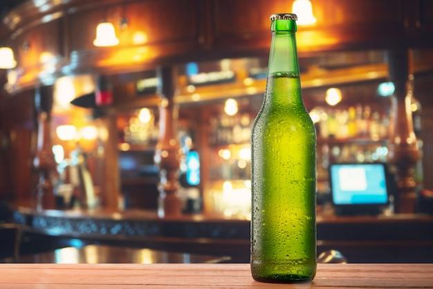 Garrafa de cerveja no bar