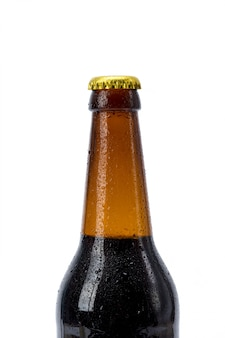 Garrafa de cerveja no fundo branco