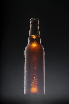Garrafa de cerveja no fundo escuro, copie o espaço