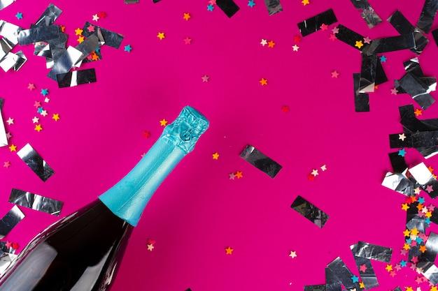 Garrafa de champanhe com brilhos prateados