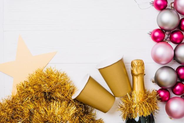 Garrafa de champanhe com enfeites na mesa