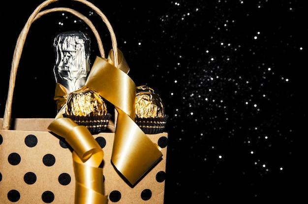 Garrafa de champanhe com fita dourada