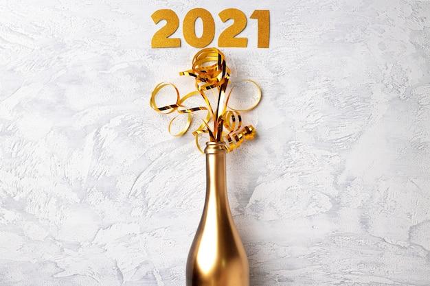Garrafa de champanhe com fitas planas de fundo de natal