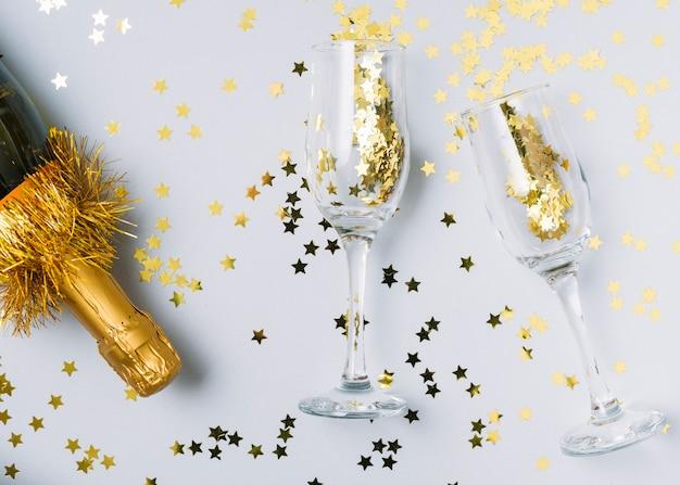 Garrafa de champanhe com lantejoulas em copos