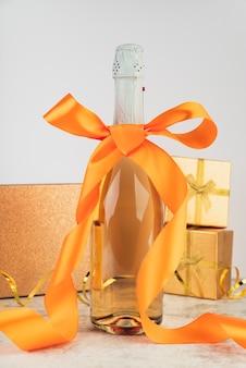 Garrafa de champanhe de luxo close-up com fita