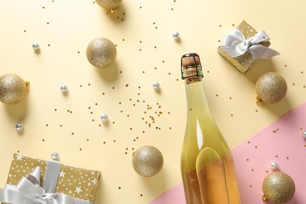 Garrafa de champanhe e enfeites de natal em dois tons, vista superior