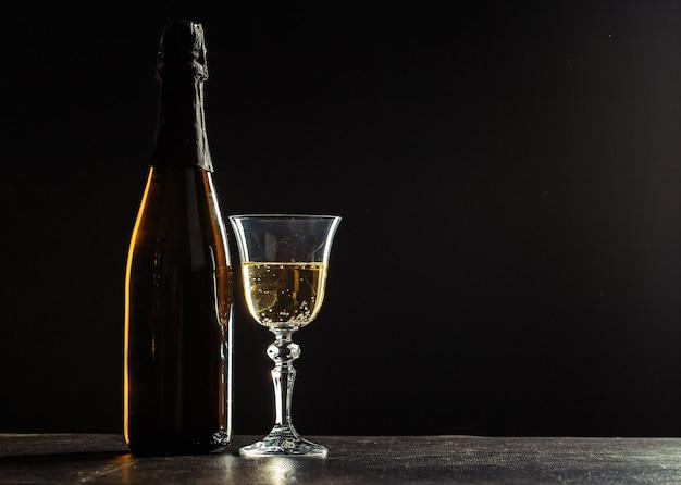 Garrafa de champanhe e taças mais escuro