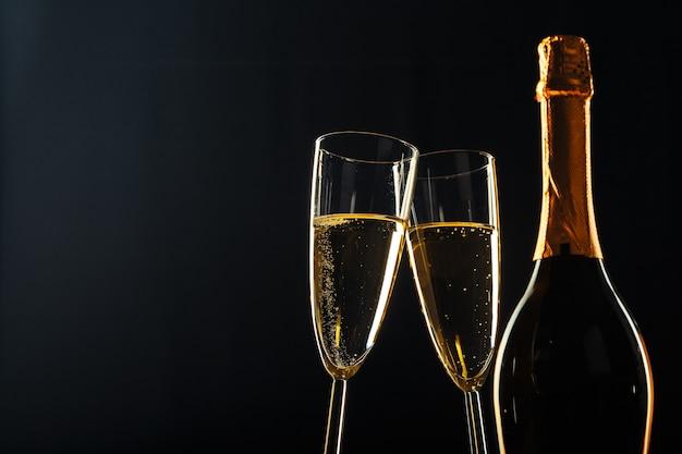 Garrafa de champanhe e taças