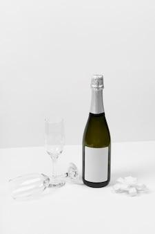 Garrafa de champanhe e variedade de taças