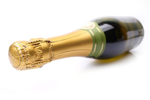 Garrafa de champanhe em um fundo branco