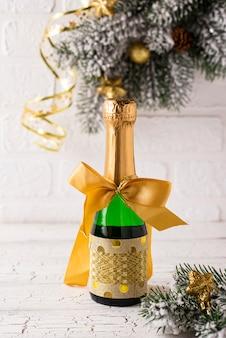 Garrafa de champanhe em uma embalagem de ouro