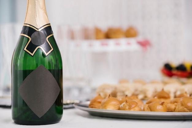 Garrafa de champanhe em uma mesa