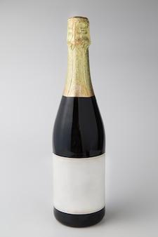 Garrafa de champanhe no fundo branco, conceito de celebração.