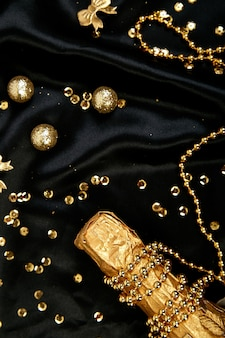 Garrafa de champanhe ouro com estrelas de confete e serpentinas de festa