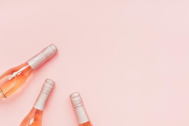 Garrafa de champanhe vinho rosa em fundo rosa
