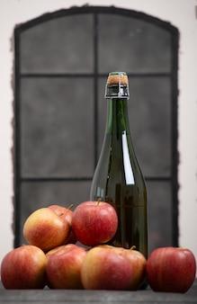 Garrafa de cidra e lindas maçãs orgânicas