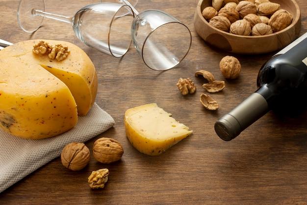 Garrafa de close-up de vinho e queijo