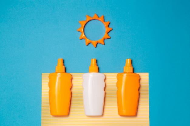 Garrafa de creme ou loção protetor solar com brinquedo sol