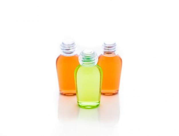 Garrafa de laranja e verde de xampu, gel, sabonete