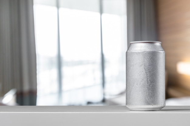 Garrafa de lata de cor prata com uma vista frontal de bebida