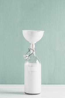 Garrafa de leite com funil