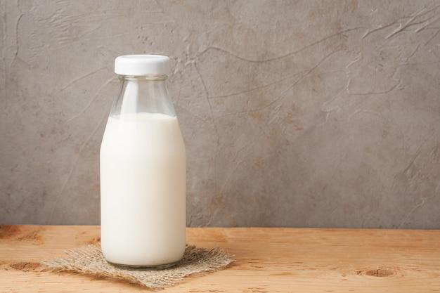 Garrafa de leite em uma mesa de madeira.