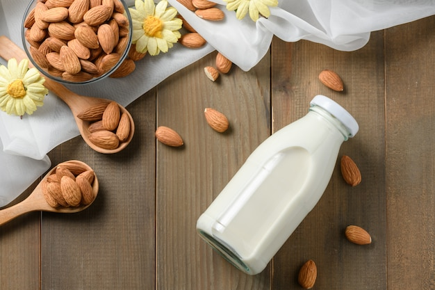Garrafa de leite fresco e amêndoas na mesa